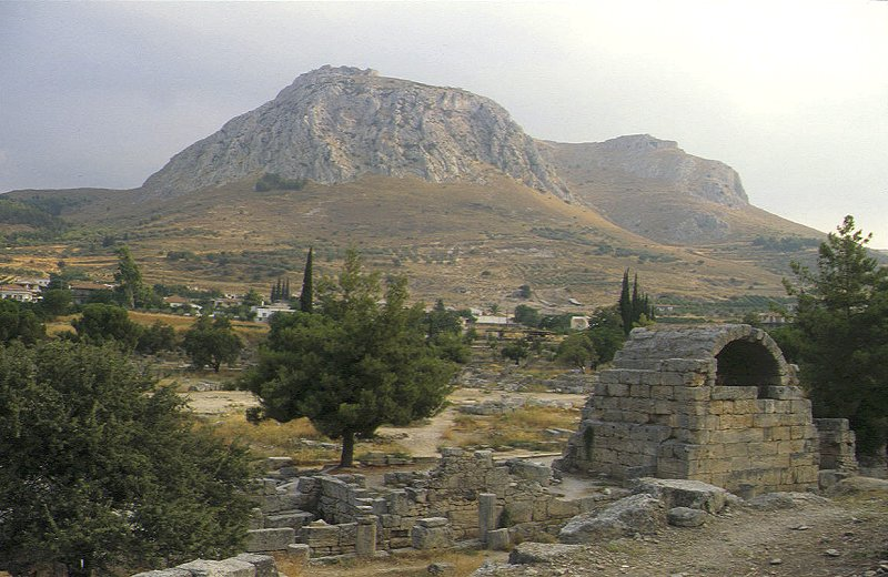 Alt-Korinth, im Hintergrund die Bergfestung Akrokorinth